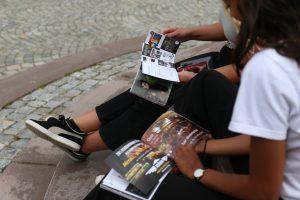 Studentpakken - studentene blar igjennom Studentrabatten